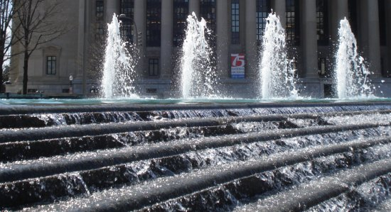 Fountain at Navy Memorial in front of Archives on March 31, 2009
