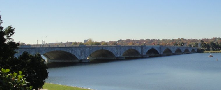 Memorial Bridge that connects Washington, near the Lincoln Memorial, with Arlington Cemetery.