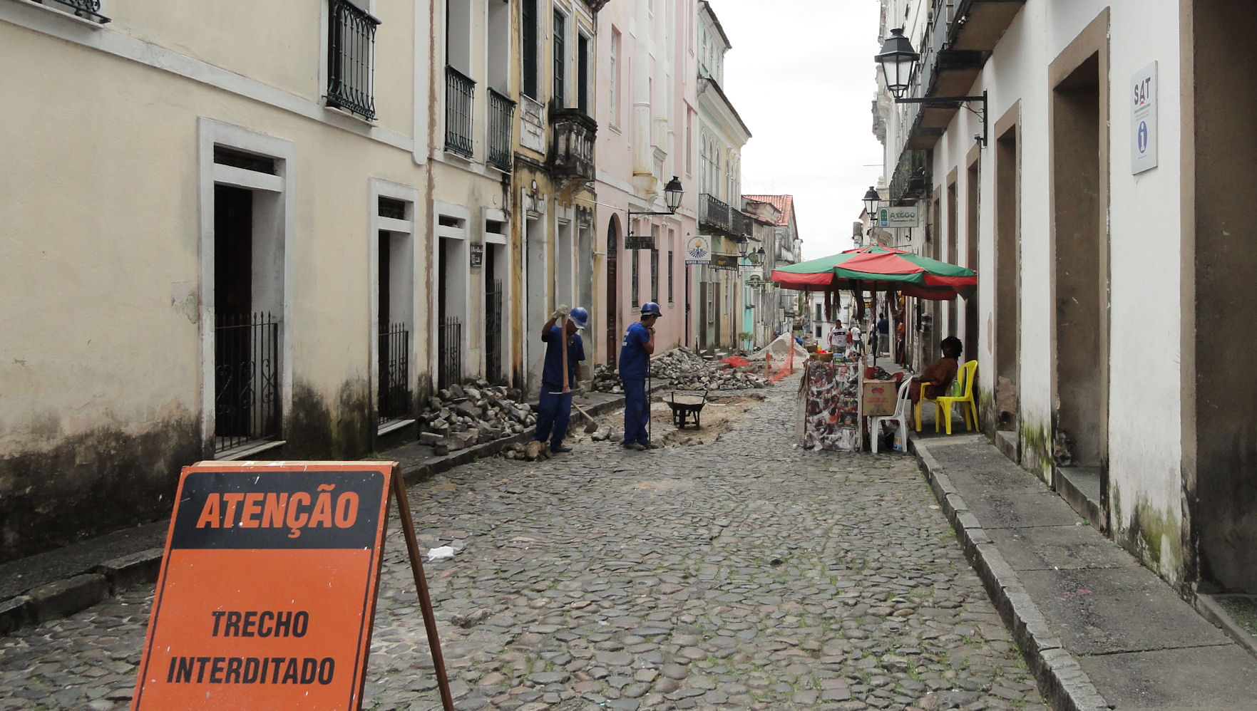 Street repairs in Old Salvador